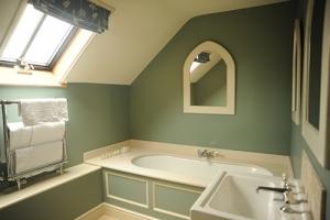 The Kingham Plough Bathroom 3