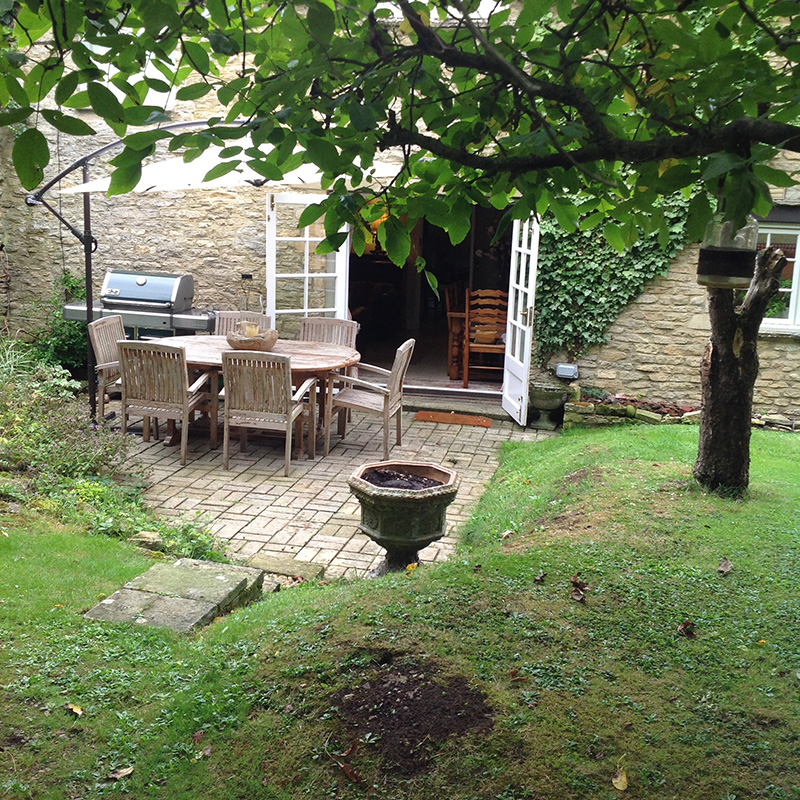 Shill House Cottage, Alvescot, Bampton holiday cottage Garden patio